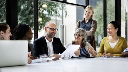 회의에서 논의하는 기업들