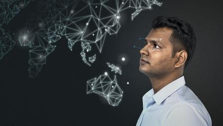 Hombre indio visualizando sus ideas de negocio