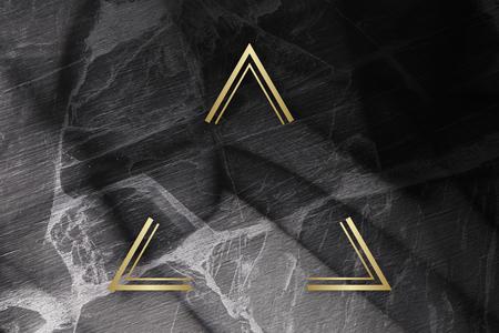 Triangle encadré d'or sur une texture de marbre