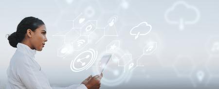 Latynoska kobieta korzystająca z cyfrowego tabletu