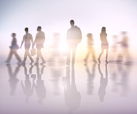 Movimento sfocato di uomini d'affari che camminano in una città
