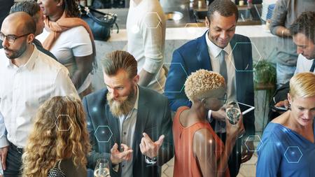 Gente de negocios reunión comiendo discusión concepto de fiesta de cocina