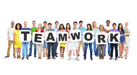 Multiethnische Gruppe unterschiedlicher Menschen, die Briefe halten, die Teamwork bilden Standard-Bild