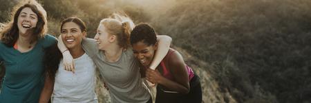 Amis de la randonnée à travers les collines de Los Angeles Banque d'images