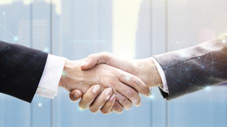Ludzie biznesu podają sobie ręce w porozumieniu