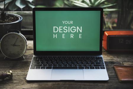 Laptop-Modell auf einem Holztisch Standard-Bild