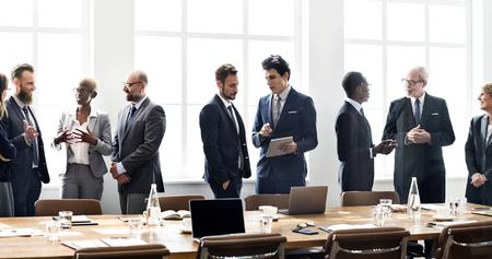 Divers hommes d'affaires lors d'une réunion