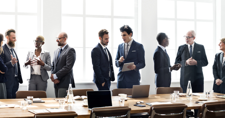 Diversi uomini d'affari in una riunione