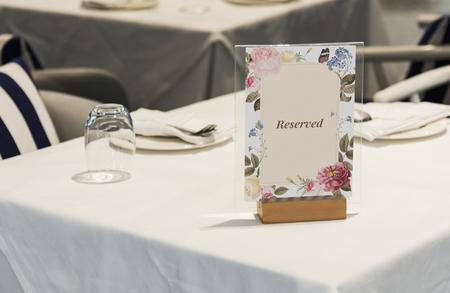 Reserviertes gerahmtes Kartenmodell auf dem Tisch