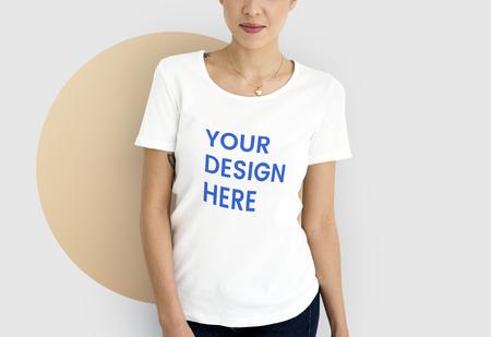 Mujer vistiendo una maqueta de camiseta blanca