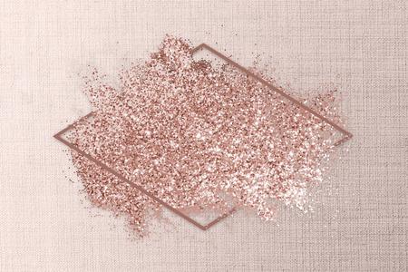 Brillo de oro rosa con un marco de rombo en una ilustración de fondo rosa textil Foto de archivo