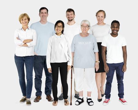 Gelukkige diverse mensen die shirtmodellen dragen