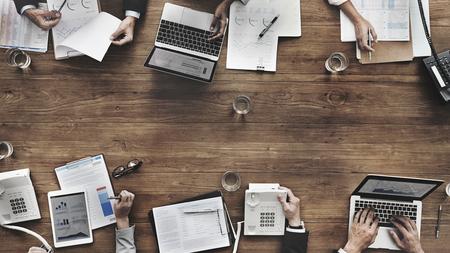 Mensen uit het bedrijfsleven in een luchtfoto van een vergadering