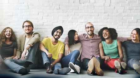 Gruppe fröhlicher, vielfältiger Menschen Standard-Bild