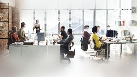 Diversas personas que trabajan en la oficina.