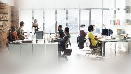 Diverse mensen die op kantoor werken