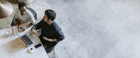 Startupowi ludzie biznesu rozmawiają w kawiarni Zdjęcie Seryjne