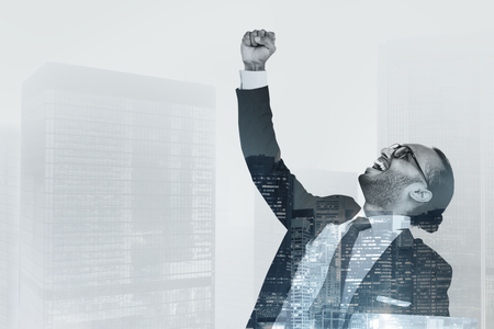 Homme d'affaires réussi levant la main en l'air