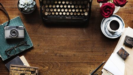 Retro typewriter on a wooden table website banner template Stockfoto