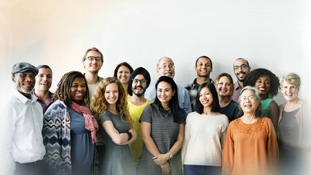 Gruppe fröhlicher, vielfältiger Menschen