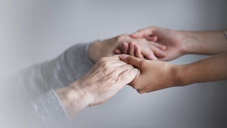 Fille aidant sa mère malade