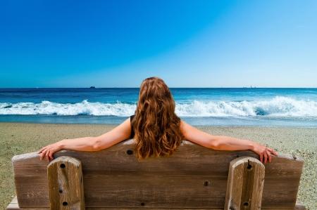 mujer relajante en el mar