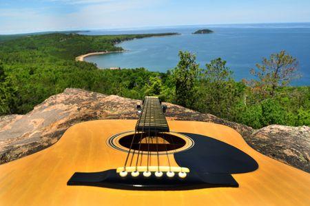 Berg Guitar boven de zee