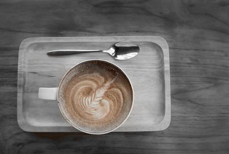 espreso: Latte art coffee over wooden background