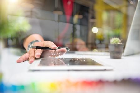 hoja de calculo: El hombre de negocios que hace la presentación en la mesa de oficina con teléfono inteligente y el ordenador portátil y el gráfico de negocios con el diagrama de la red social y la estrategia de negocio efecto de capa digital en la oficina Foto de archivo