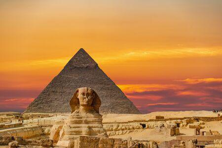 Culmination of a journey through Egypt: the Giza Shpinx with Chephrenpyramide Foto de archivo