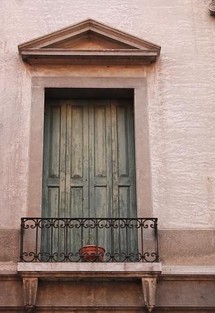 balcony door: balc�n vieja puerta vieja puerta balc�n al estilo romano Foto de archivo