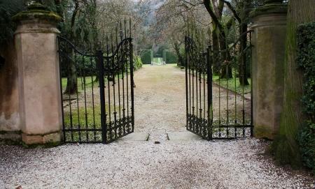 enclosures: vecchio cancello di ferro nel vecchio parco Archivio Fotografico