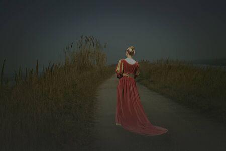 belle femme portant une robe de fantasme médiévale rouge Banque d'images