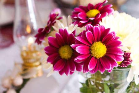 tabel van bloemen en lamp Stockfoto