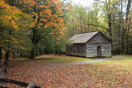 school house: A�ada una habitaci�n escuela casa de campo en la temporada de oto�o temprano. Establecer en los bosques y las monta�as con valla de yardas y ferroviario de la Divisi�n de la escuela.