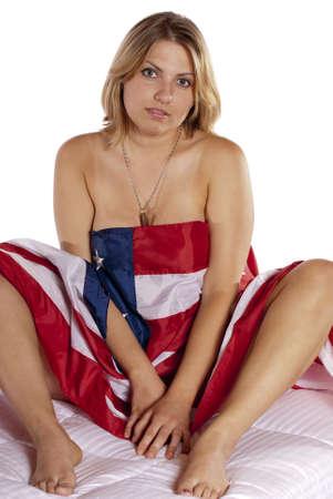 Sexy jeune femme nue implicite drapeau américain enveloppé regarder la caméra séduisante patriotique, pour les vacances quart de Juillet, la fête du travail, jour de l'indépendance, nouvelle années jour, le jour du drapeau, jour des vétérans Banque d'images - 17992570