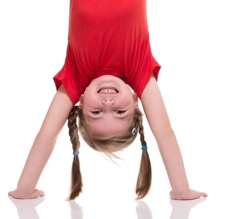 gimnasia: ni�a de pie en la mano aislados en blanco