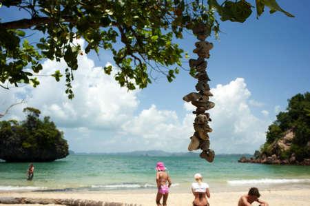 railey: turisti su una spiaggia dimenticata