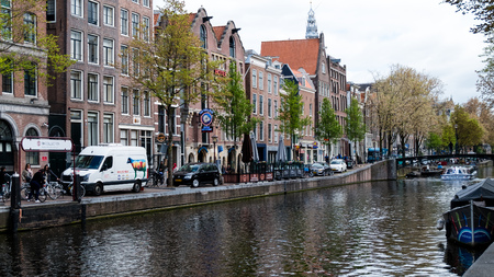 View of the cafe bulldog in Amsterdam from the side of the canal Редакционное