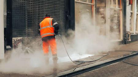 朝の労働者は、アムステルダムで壁をクリーンアップします。オランダ 2017年 5 月。