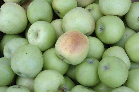 granny smith: Granny Smith Apples At Market Stock Photo