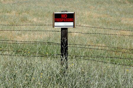 no trespassing: No firmar la invasi�n en alambre de p�as