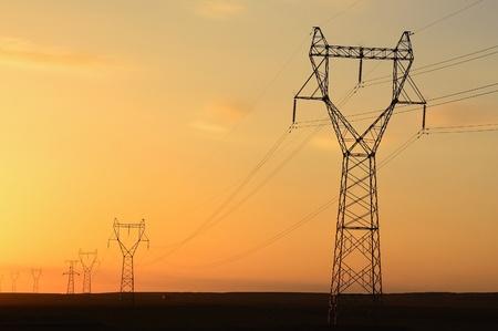 telegraaf: Telegraph pole at sunset in the desert Stockfoto
