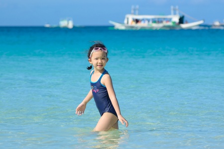 A Chinese little girl playing on the beach 免版税图像