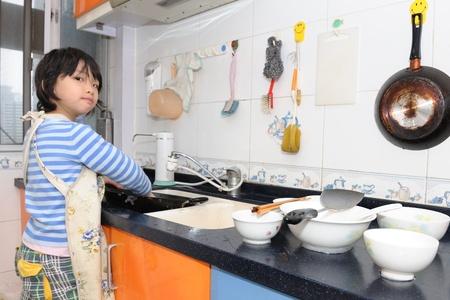 lavare piatti: Kid asiatici, lavare i piatti in cucina Archivio Fotografico