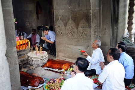 SIEM REAP, CAMBODIA - AUGUST 14: A group of local residents perform rituals on August 14, 2011 in Angkor wat temple, Siem Reap, Cambodia Stock Photo - 10391008
