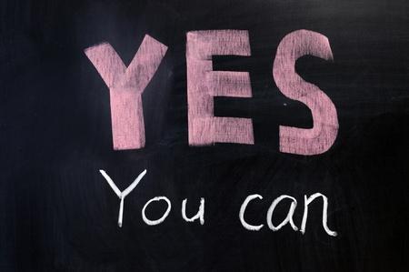 """tu puedes: Dibujo de tiza - """"S� se puede"""", escrito en la pizarra"""