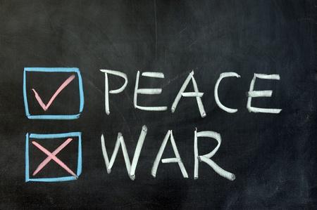 guerra: Dibujo de tiza - elegir entre la paz y la guerra Foto de archivo