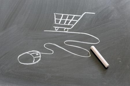 黒板に描かれたショッピング カートとコンピューターのマウス 写真素材