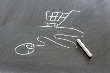 Shopping cart and computer mouse drawn on chalkboard Standard-Bild